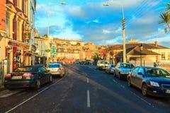 COBH IRLAND - NOVEMBER 26: sikt av stadgatan på November 26, 2012 Cobh Irland Fotografering för Bildbyråer