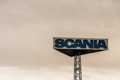 Coblence, Allemagne, 20 02 2017 : Logo de camions de Scania de tour de signe contre le coucher du soleil de ciel nuageux au siège Photographie stock