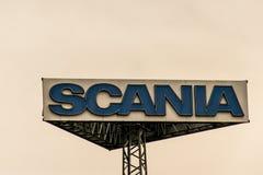 Coblence, Allemagne, 20 02 2017 : Logo de camions de Scania de tour de signe contre le coucher du soleil de ciel nuageux au siège Images stock