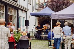 Coblence, Rhénanie-Palatinat, Allemagne, le 10 juin 2018 : Un groupe des personnes âgées appréciant le concert de musique en dire photo stock