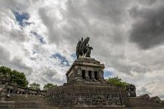 COBLENZA, ALEMANIA, EL 30 DE JUNIO DE 2017: la estatua ecuestre monumental de Guillermo I fotos de archivo