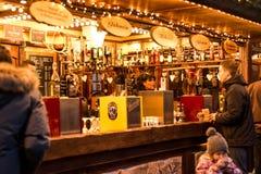 Coblenza GERMANIA 16 12 2017 barre che vendono il vin brulé sull'Natale tradizionale commercializzano di notte fotografie stock
