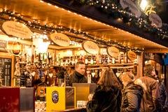 Coblenza GERMANIA 16 12 2017 barre che vendono il vin brulé sull'Natale tradizionale commercializzano di notte immagine stock libera da diritti