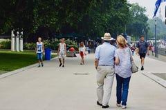 Coblenza, Renania-Palatinado, Alemania, el 10 de junio de 2018: Pares mayores que caminan a lo largo del terraplén a lo largo del imágenes de archivo libres de regalías