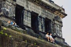 Coblenza, Rheinland-Pfalz, Germania, il 10 giugno 2018: I giovani stanno sedendo su un monumento a Wilhelm I sul Deutsches Eck e  fotografie stock