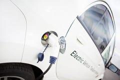 Cobrar branco do carro elétrico ao ar livre fotos de stock royalty free