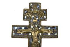 Cobre ortodoxo viejo cruzado en el fondo aislado blanco imagen de archivo