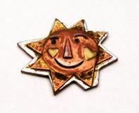 Cobre y metal hechos a mano Sun con una cara sonriente Imagenes de archivo