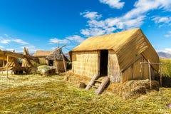 Cobrido com sapê em casa em ilhas de flutuação no lago Titicaca Puno, Peru, Ámérica do Sul. Raiz densa essa plantas Khili Imagens de Stock