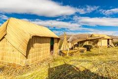 Cobrido com sapê em casa em ilhas de flutuação no lago Titicaca Puno, Peru, Ámérica do Sul. A raiz densa que planta Khili entrelaç Imagem de Stock