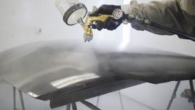 Cobrindo a capa do carro com o revestimento claro após a pintura filme