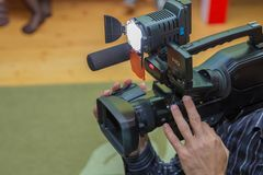Cobrindo um evento com uma câmara de vídeo , Videographer toma a câmara de vídeo com espaço da cópia gratuita para o texto , Oper imagem de stock royalty free