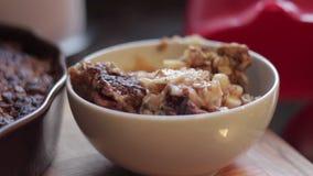 Cobrindo uma bacia de batata frita da maçã com chantiliy video estoque