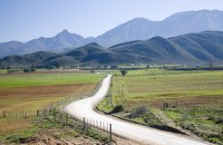 Cobrir a estrada que conduz na terra Foto de Stock Royalty Free