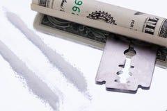 Cocaïnelijnen op spiegel met scheermesjedrugs Royalty-vrije Stock Afbeelding