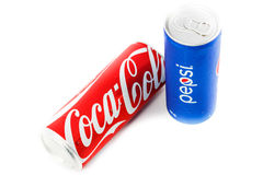 Coca-Cola και δοχεία της Pepsi στο άσπρο υπόβαθρο στοκ φωτογραφία με δικαίωμα ελεύθερης χρήσης