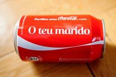 Coca-cola bootle kan mot träbakgrundsnollan Teu Marido Royaltyfri Fotografi