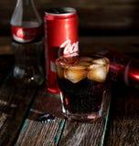 Coca-Cola con el hielo, botella, vidrio, taza fotos de archivo libres de regalías