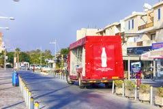 Coca-Cola-de tribune van de leveringsvrachtwagen dichtbij detailhandelaarswinkels op Paphos-streptokok Stock Afbeelding