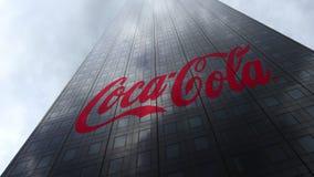 Coca-Cola-embleem op een wolkenkrabbervoorgevel die op wolken wijzen Het redactie 3D teruggeven Stock Foto's