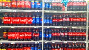 Coca-Cola en Pepsi-flessen voor verkoop Stock Afbeelding
