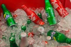 Coca-Cola et Sprite dans des boîtes en aluminium photographie stock libre de droits