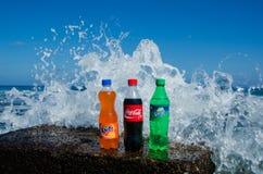 Coca-Cola, fanta, botellas del sprite en roca Imágenes de archivo libres de regalías