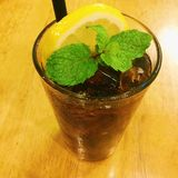 Coca Cola mit Zitrone lizenzfreies stockfoto