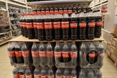 Coca-cola nas prateleiras no supermercado Fotografia de Stock