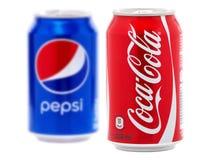 Coca-cola och Pepsi cans arkivbild