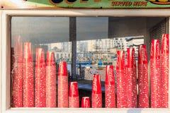 Coca Cola Paper Cups sulla vetrina fotografia stock