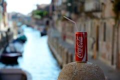 A coca-cola pode com palha sobre o canal em Veneza Imagens de Stock Royalty Free