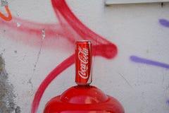 A coca-cola pode na parede pintada Fotografia de Stock Royalty Free