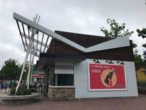 Coca Cola Refreshment Building på det Carowinds nöjesfältet royaltyfria bilder