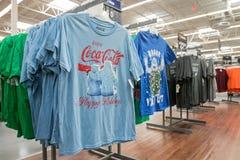 Coca-Cola-t-shirts voor verkoop Stock Fotografie