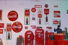 Coca-Cola-tekens en vrouwelijke Texaco ledenpop Royalty-vrije Stock Foto's