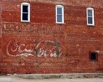 Coca - cola undertecknar på väggen Royaltyfria Bilder