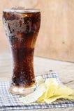 Coca-cola in vetro con le patatine fritte Fotografie Stock Libere da Diritti