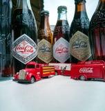 Coca Cola Vintage-Fahrzeuge und alte Flaschen lizenzfreies stockbild