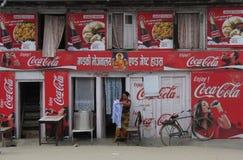 Coca-colaadvertenties op een koffie in Katmandu Nepal stock afbeeldingen