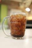 Coca - colaexponeringsglas på mattabellen Royaltyfria Bilder