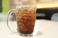 Coca - colaexponeringsglas på mattabellen Royaltyfria Foton