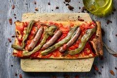 Coca de recapte, torta sabrosa catalan similar a la pizza imagenes de archivo