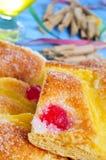 Coca de Sant Joan, zoete vlakke cake van Catalonië, Spanje Stock Foto's
