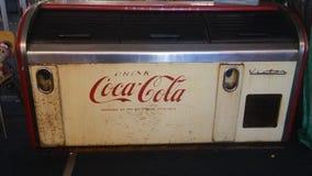 Coca - maskin för colatappningsodavatten arkivbild