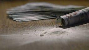 Cocaina di caduta vicino a 100 dollari di banconota lentamente stock footage