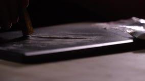 Cocaina di fiuto del tossicomane attraverso la banconota in dollari video d archivio