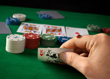 Coccinelle en main pendant un jeu de poker Photographie stock libre de droits