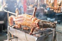Coccodrillo arrostito sul fuoco per il cibo nel mercato del fiume immagine stock libera da diritti
