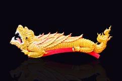 Coccodrillo dorato sul pavimento nero Fotografia Stock